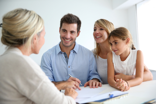 Family,Meeting,Real-estate,Agent,For,House,Investment